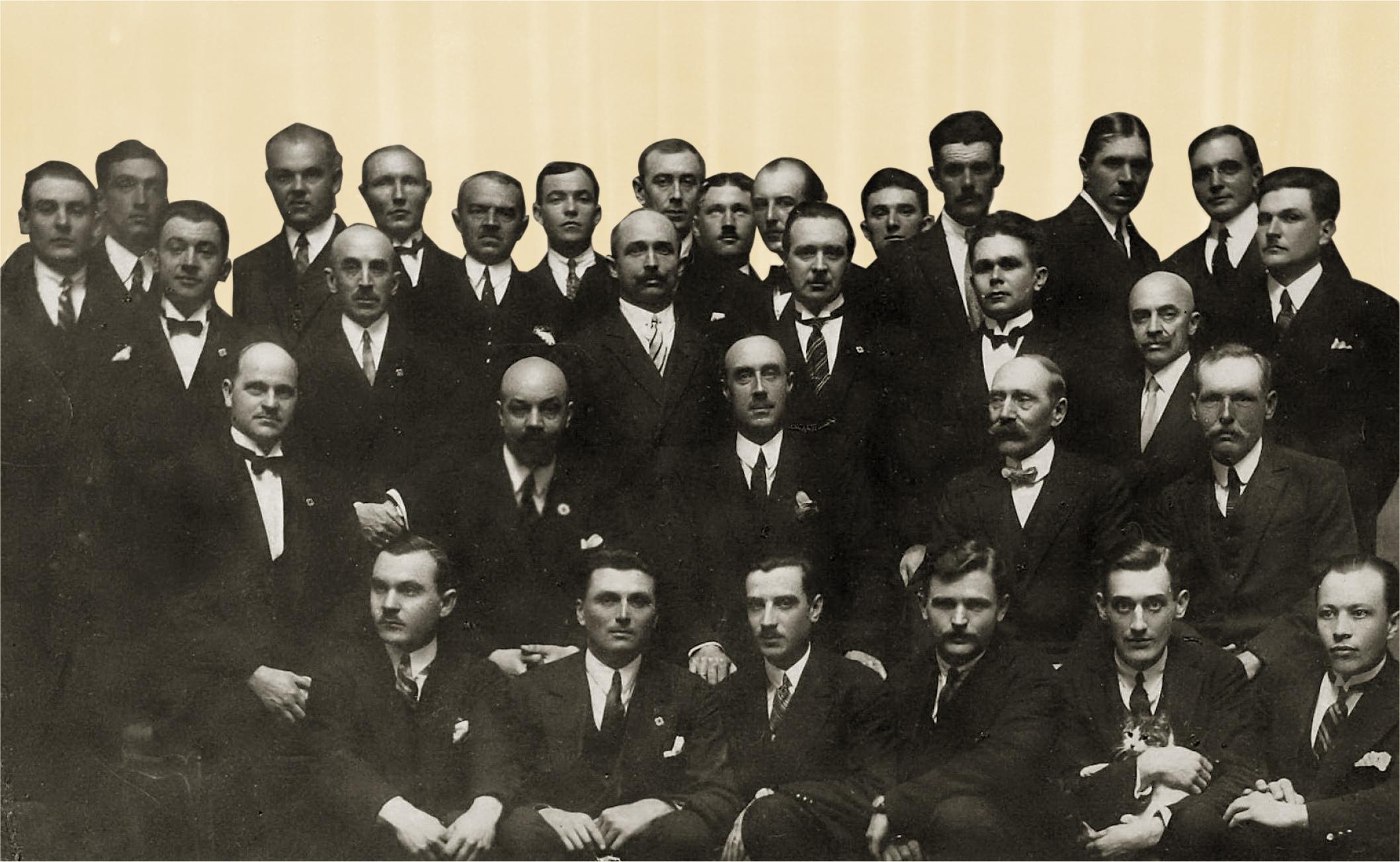 Члены Русского общевоинского союза  и его основатель, генерал  П. Н. Врангель (в центре  во втором ряду). 1927 г.