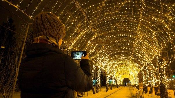 Парк Гагарина, 74 метра светящихся огоньков на аллее. Чудеса!