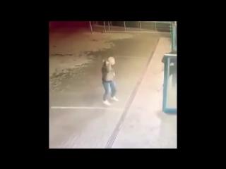 Разъяренную девушку остудили струей ледяной воды на автомойке