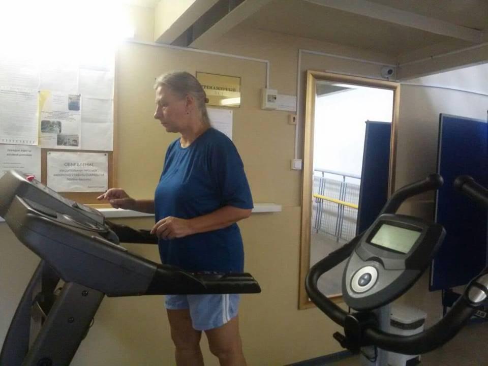 Уроки фитнеса и занятия на тренажерах организовали для пенсионеров из Лианозова