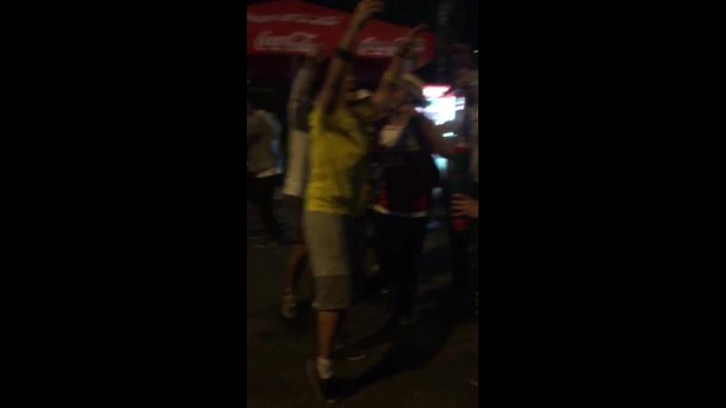 бразильские и аргентинские болельщики поют какую-то песню и прыгают
