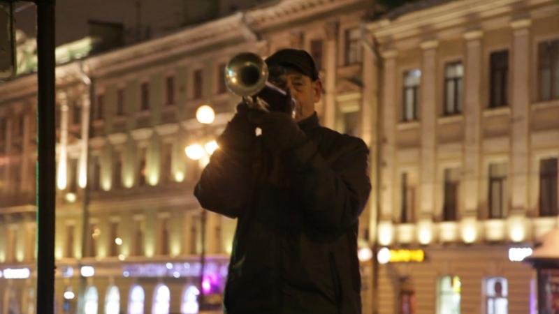 Питер 2018, мужик с трубой на Невском, Казанский собор, дом Зингера