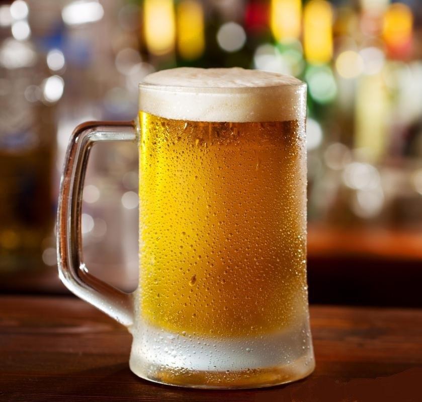 Питье чрезмерного количества алкоголя может привести к потреблению слишком большого количества калорий.