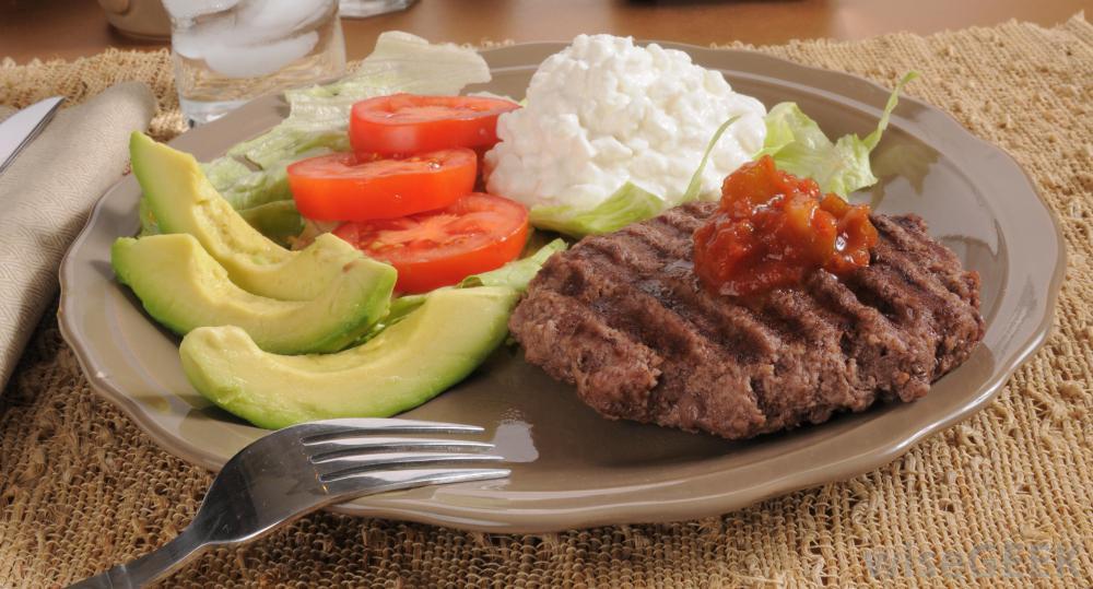 Важно есть высококачественные источники белка, такие как постное мясо, авокадо и нежирный творог.