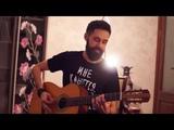 парень круто играет на гитаре песни В. Цоя и гр. Кино