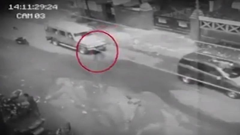 Призрак переходящий дорогу снят камерой видеонаблюдения