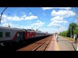 Электровоз ЭП2К-350 с пассажирским поездом, проезжает платформу