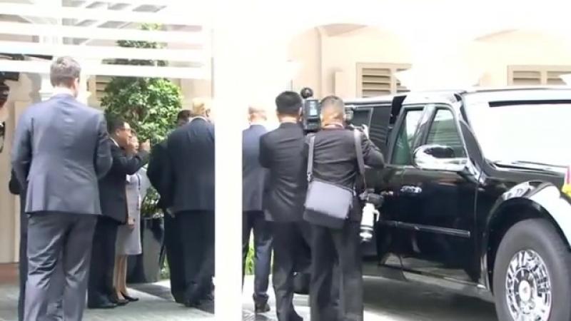 Трамп похвастался перед Ким Чен Ыном своей тачкой — бронированным лимузином по прозвищу Зверь. И даже дал заглянуть внутрь.