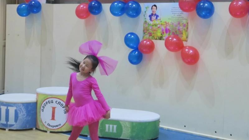 Танец от Танюши Дмитриевой на юбилее бабушки Т.Г. Харлампьевой. Покровск, Якутия. 14 июня 2018