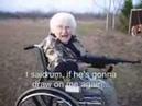 Anciana disparando con arma de fuego