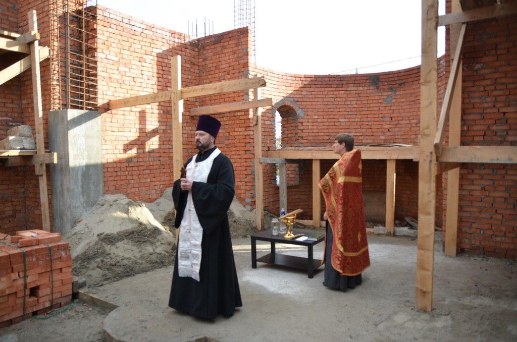 В строящемся храме Хасаут-Греческого совершено первое богослужение