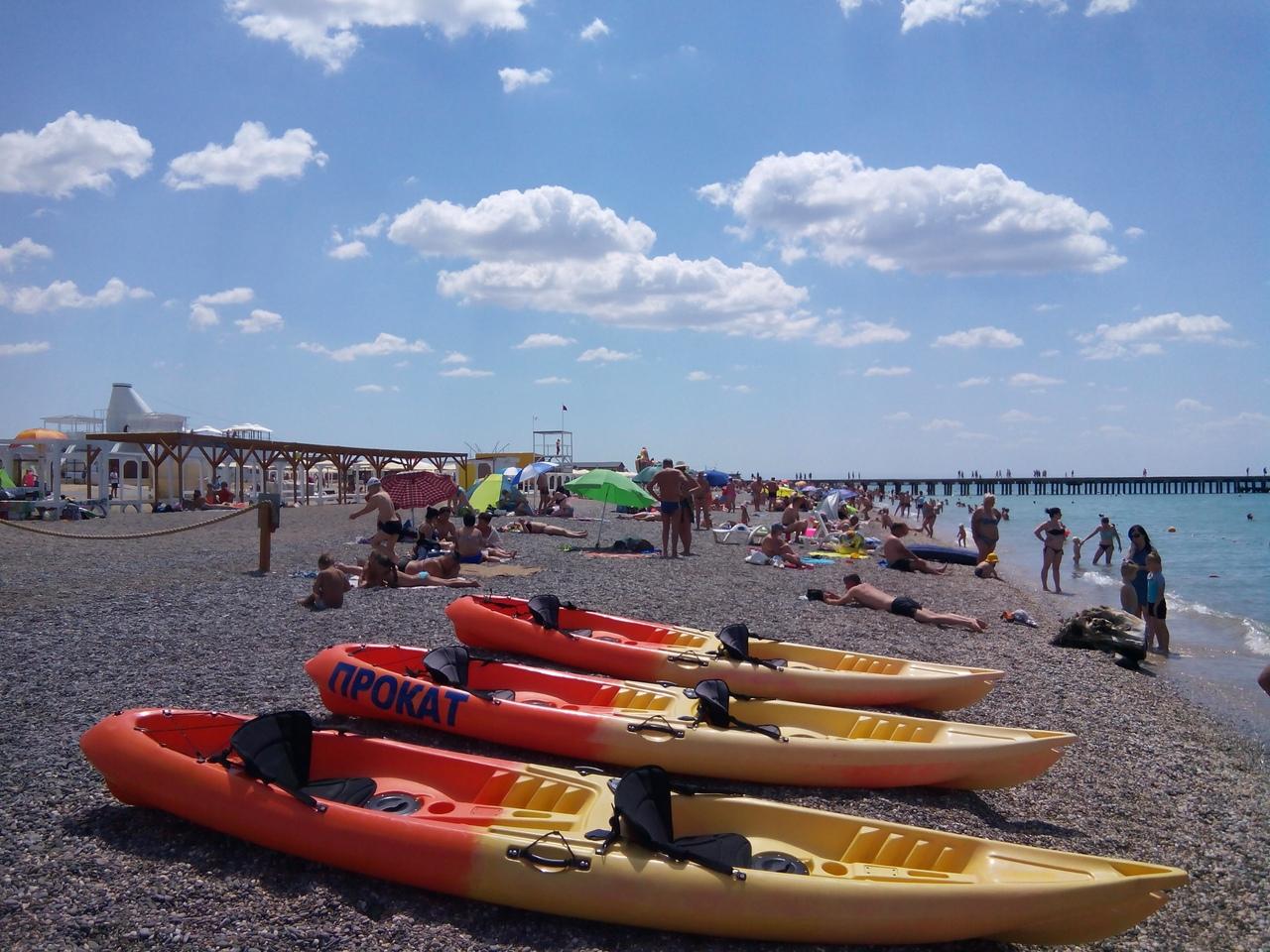 прокат каяков на пляже Западного побережья Крыма
