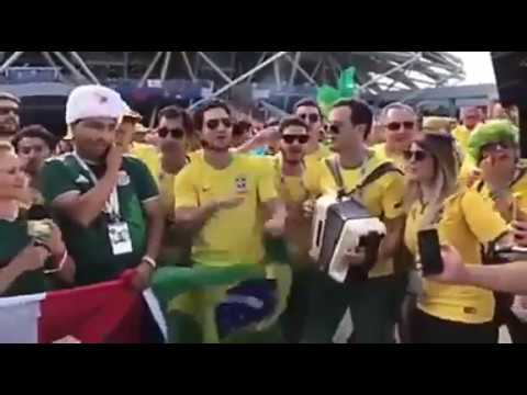 Brasileiros na Rússia cantam: - Girafales Tchau, Chaves Tchau Tchau Tchau