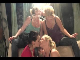 QS - Girl´s Group Smoking & Kissing