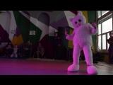 Мишка Эскимос танцор брейкданса