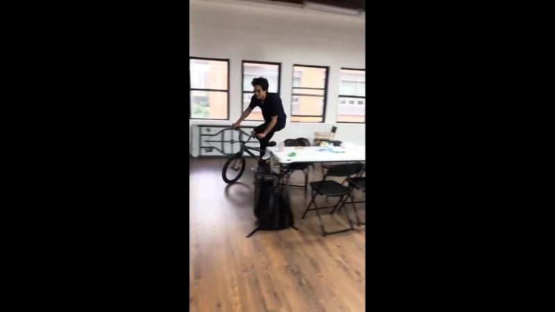 Чарльз на велосипеде