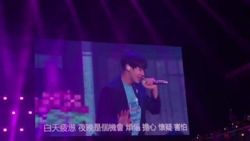 [180810] The EℓyXiOn-MacauD-1 - - We Young performansından Sehun ve Chanyeol. - - 엑소 EXO @weareoneEXO -