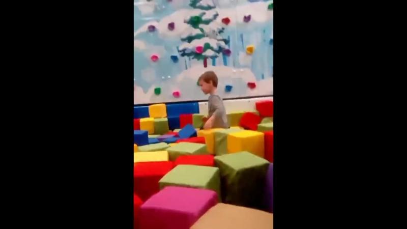 скатывается в кубики