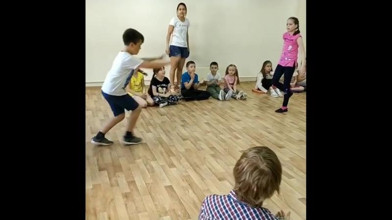 Мы сегодня весь день танцевали 🤩 . А ещё пели, мастерили, гуляли, играли, говорили по-английски, пробовали себя в актерском маст