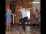 Парень зажигательно танцует