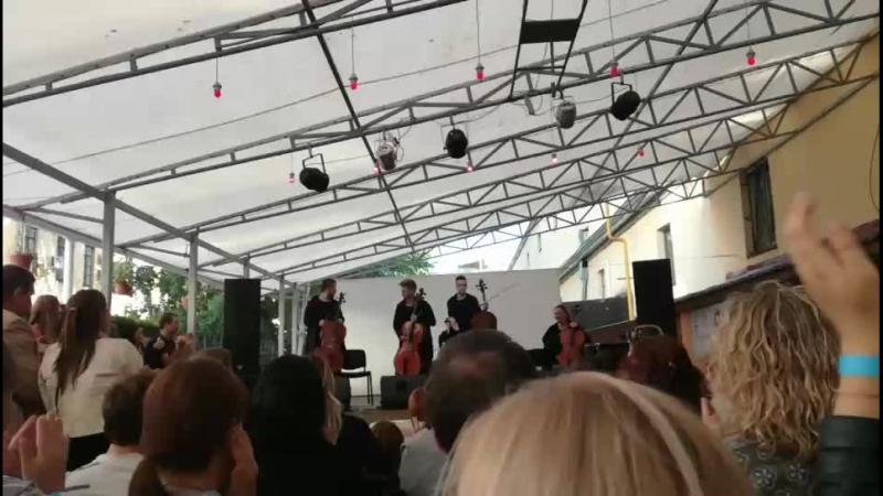 Мировые хиты на крыше и виолончелях