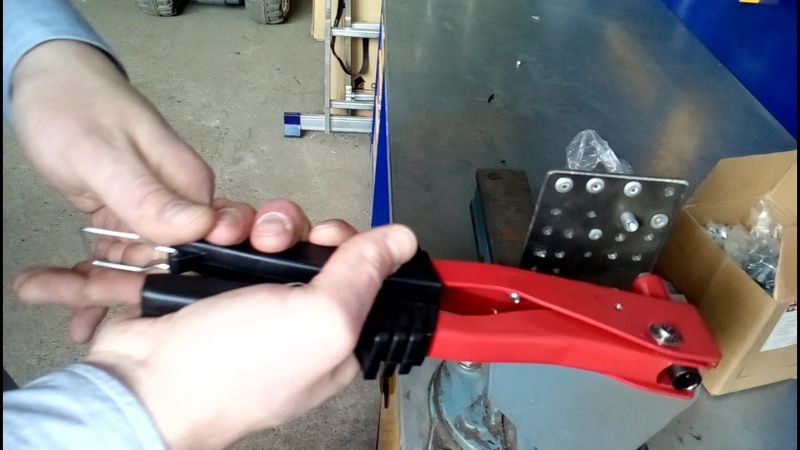 RIV2 Демонстрация и работа ручного заклёпочника для вытяжных заклёпок.