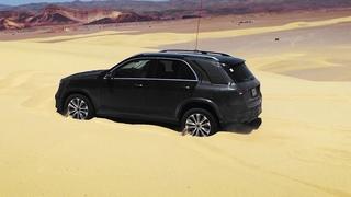 Mercedes-Benz GLE самостоятельно выезжает из песка