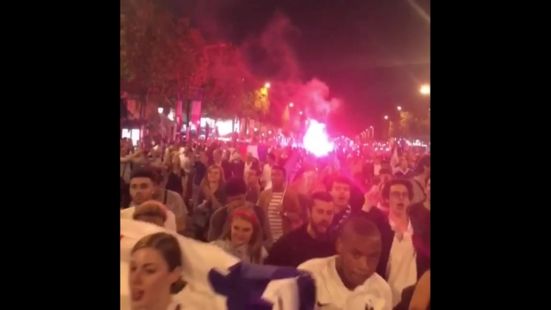Kitana Lure в Париже с фанатами после выхода сборной Франции в финал