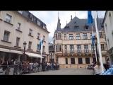 Люксембург . Выезжает Великий Герцог с супругой и члены королевской фамилии . Смотрим как народ их приветствует