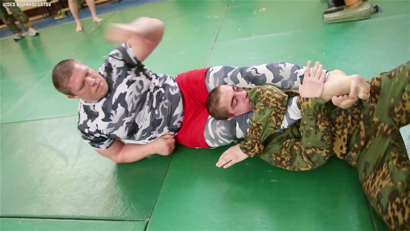 Боец MMA против 9 бойцов спецназа Fighter MMA vs 9 soldiers special forces