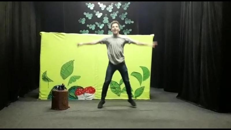 Свой танец репетирует заяц Антошка Не надо хныкать мышка