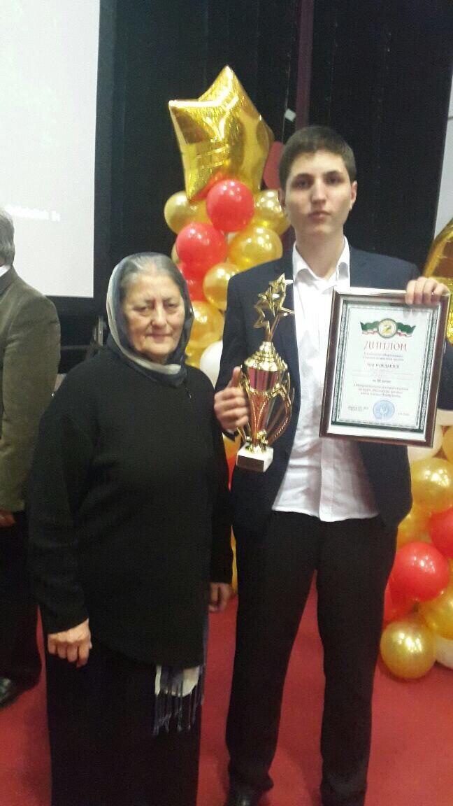 Карнукаев Хажи с вдовой А.Шахбулатова на конкурсе