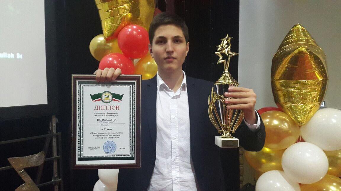 Карнукаев Хажи с дипломом и кубком