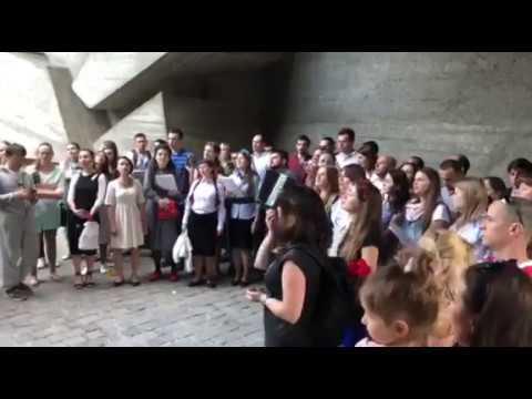 Возле монумента Родина мать молодежь хором поет военные песни Страна ua