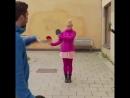 Ловкая блондинка ловит ножи ракетками для пинг-понга