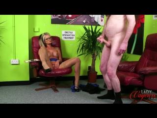 Блондинка с огромной силиконовой грудью лечит импотенцию у мужика.