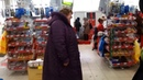 Чокнутая бабка в магазине из ПСИХУШКИ воет, орет и чирикает как птица