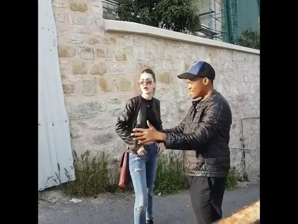 Türk kızın İngilize yol tarif etmesi.Sonuna kadar izleyin