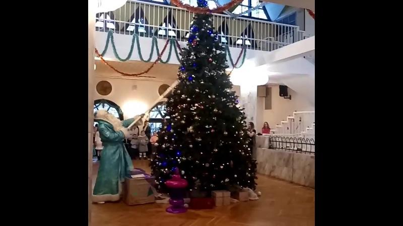 Вот так зажег Дедушка Мороз с детками елочку🎄 в Государственном театре Кукол имени В. А. Вольховского🤗и мы были тому свидетелями