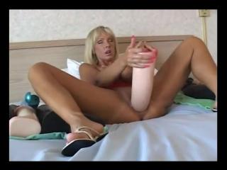 Жена засовывает в себя огромный дилдо_milf_fucking_a_massive_dong