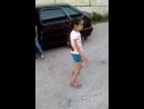 танцует от души