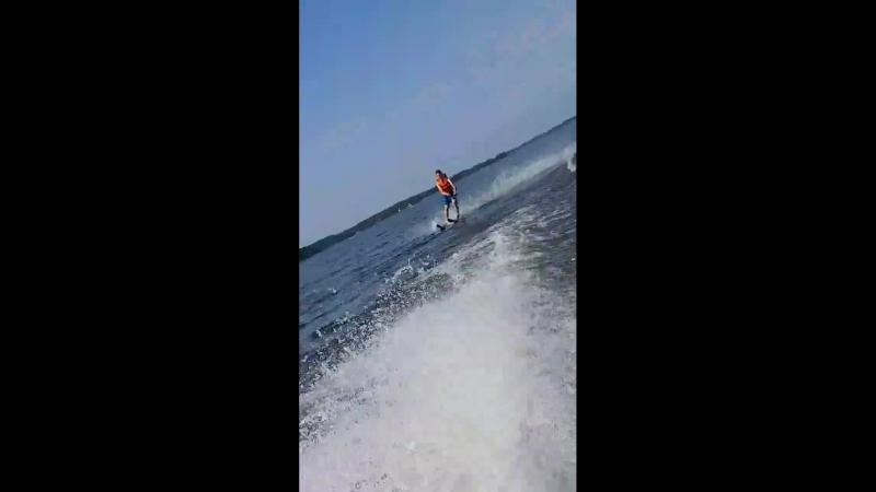 На водных лыжах рассекаю