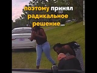 Отчаявшаяся женщина отдаёт бездыханного ребёнка в руки полицейскому, который вынужден принять спешное решение