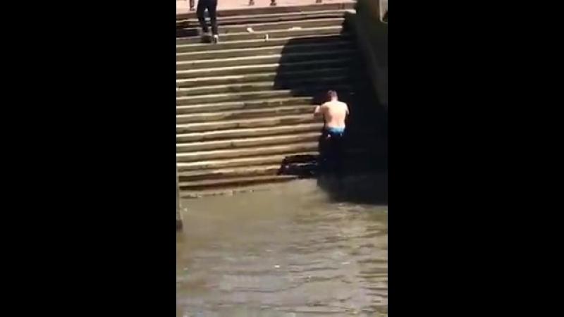 Поскользнулся хорошее настроение юмор смешное видео забавное падение голая задница попа вода купания ополоснулся муж