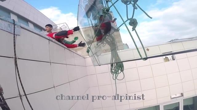 Double-glazed window 380kg, crane cable burst.