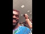 Белла с поклонником в аэропорту, Ницца, Франция (24.05.18)