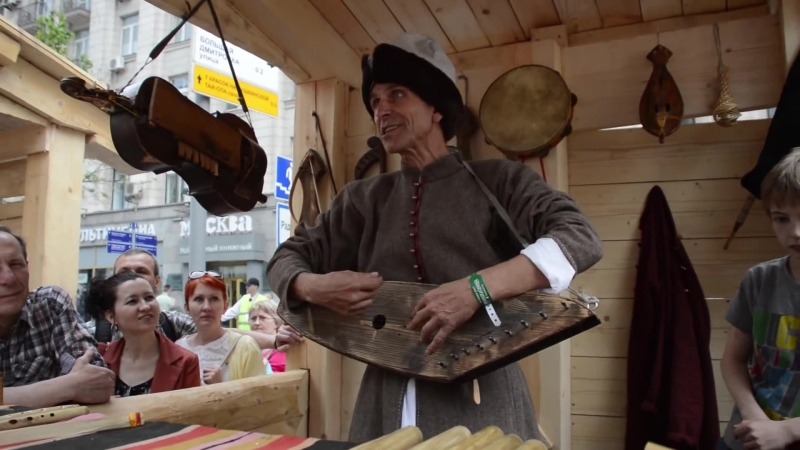Игра на гуслях, гудке, колёсной лире и древней балалайке