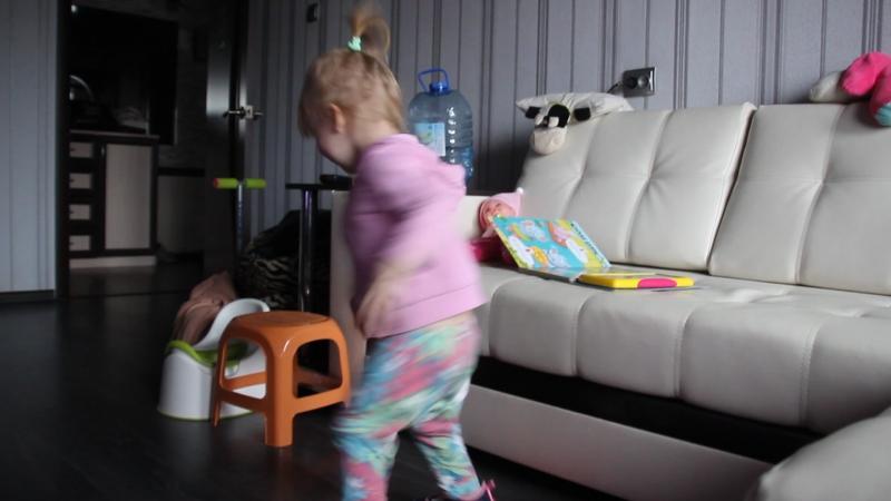 Танцы под детскую песенку ))