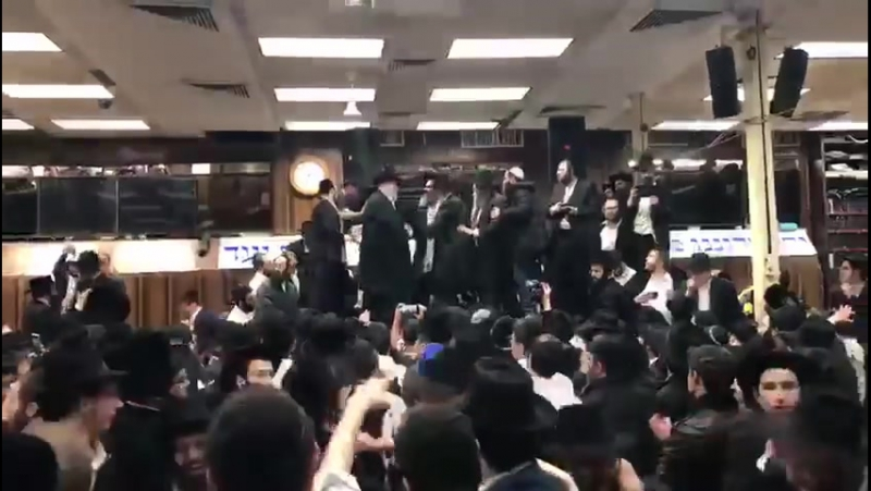 Sholom Mordechai Rubashkin dances in 770