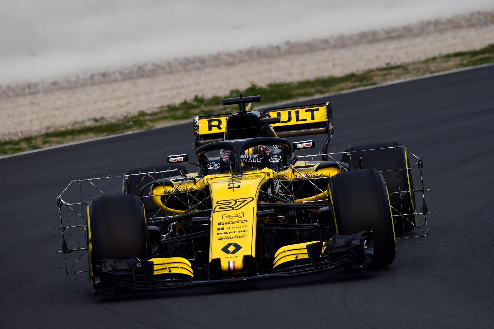 Нико Хюлкенберг за рулём болида Renault на тестах команд Формулы-1 в Барселоне
